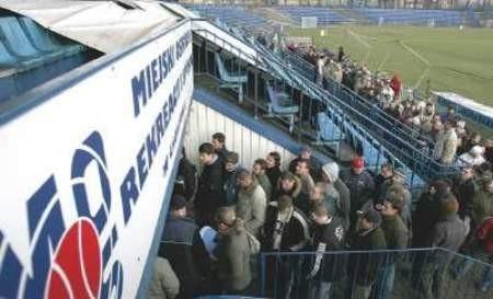 Kibice po bilety stoją w Chorzowie w długiej kolejce.