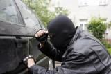 Uwaga: Złodzieje grasują pod szkołą w Rotmance. Włamują się do samochodów i kradną zostawione rzeczy - torebkę, laptop, portfel