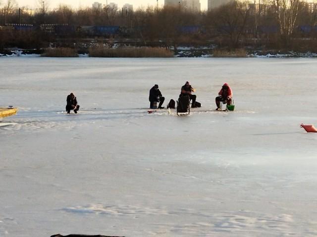 Kraków. Lód na Bagrach jest coraz cieńszy