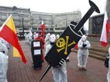 Antycovidowcy na pl. Wolności w Łodzi. Mieli na sobie obozowe pasiaki. Przeciwko czemu protestowali? ZDJĘCIA