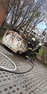 Pożar przy cmentarzu w Starej Kiszewie. Paliły się kontenery na śmieci [ZDJĘCIA]