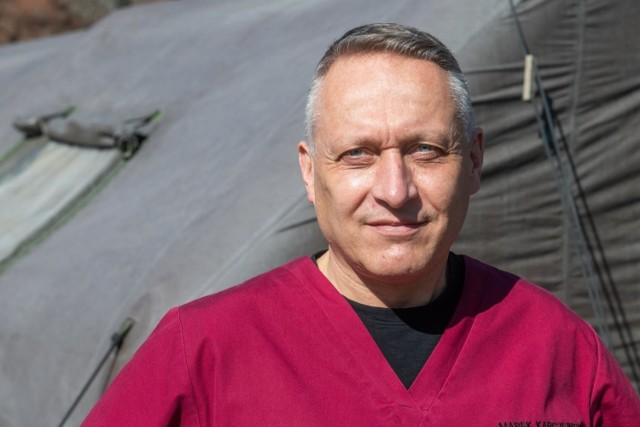 """- Naganne jest to, że równocześnie cała rzesza medyków z grupy """"0"""", w tym pracowników WUM nadal czeka na szczepienia, więc wyjaśnień należy szukać bardziej po stronie Uniwersytetu Medycznego - pisze na swoim profilu dr Marek Karczewski."""