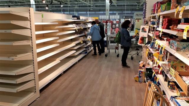 Ostatnie dni hipermarketu Tesco przy ul. Ozimskiej w Opolu. Półki świecą pustkami. Sama galeria ma pozostać otwarta