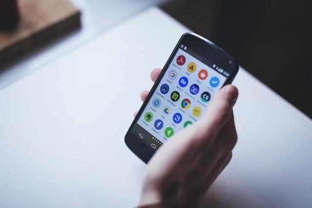 Telefony komórkowe stały się naszą codziennością. Mamy w nich już nie tylko numer telefonów do bliskich, ale i wszystkie dane kont społecznościowych, dostępy do maili i kont bankowych. Oszuści coraz częściej próbują zaatakować nasze smartfony poprzez aplikacje w Sklepie Play. Zobaczcie, jakie aplikacje mogą być dla nas niebezpieczne i lepiej je odinstalować.  Szczegóły na kolejnych zdjęciach >>>