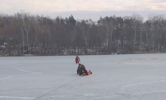 W miejscowości Samsieczynek załamał się lód pod wędkarzem, który przebywał na tafli jeziora Wielkiego