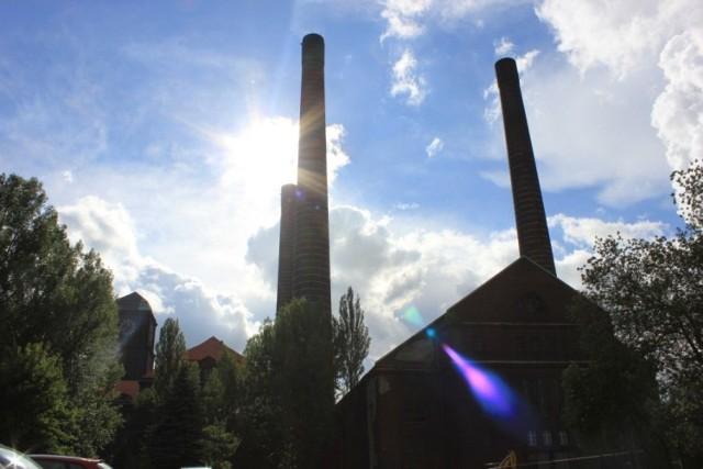 Strzeliste trzy kominy, z których najwyższy wzniesiony w 1937 roku ma wysokość 120 metrów, zaś u podstawy średnicę 10,6 m i przy wylocie 6,6 m, robią ogromne wrażenie. Fot. Piotr A. Jeleń