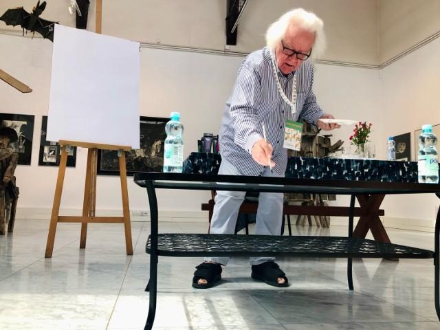 - To woda czyni to, co się dzieje. Jest to gra przypadku, którym ja mam za zadanie sterować - mówi Józef Wilkoń, ilustrator, malarz, rzeźbiarz.