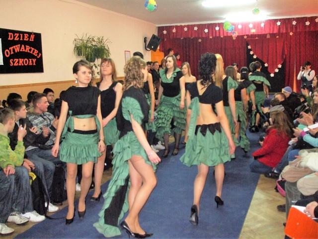 Kadry z przebiegu Dnia Otwartej Szkoły w świebodzińskiej Zawce, w tym pokazu mody - kostiumów autorstwa Katarzyny Muszałowskiej, absolwentki szkoły