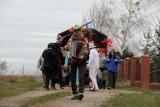 Podkoziołek w Mylinie, czyli korowód przebierańców odwiedził młode małżeństwa, małżeństwa świętujące jubileusze oraz nowych mieszkańców wsi