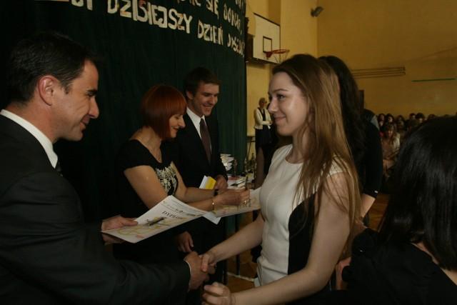 Maturzyści z II LO im. Marii Konopnickiej w Katowicach odebrali świadectwa