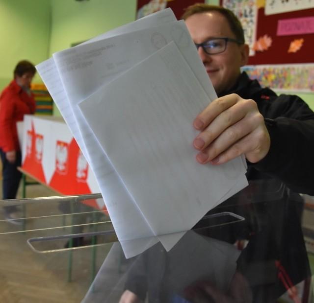 W gminach powiatu skierniewickiego sześć gmin wybrało swoich wójtów w I turze wyborów. Kandydaci na to stanowisko w trzech gminach muszą jeszcze powalczyć. Dotychczasowi wójtowie w pięciu gminach zatrzymali swoje stanowisko na kolejną kadencję. Oto wyniki.