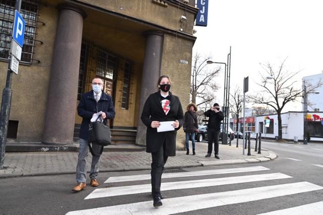 Na dziewczynę przed komendą policji czekała grupa popierających ją znajomych i przyjaciół. Wśród nich był także Borys Budka, poseł KO, prawnik i były minister sprawiedliwości w rządzie PO.   Zobacz kolejne zdjęcia/plansze. Przesuwaj zdjęcia w prawo - naciśnij strzałkę lub przycisk NASTĘPNE