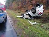 Wypadek na trasie Budzyń - Wągrowiec. Samochód zderzył się z dzikiem i dachował. Jedna osoba w szpitalu