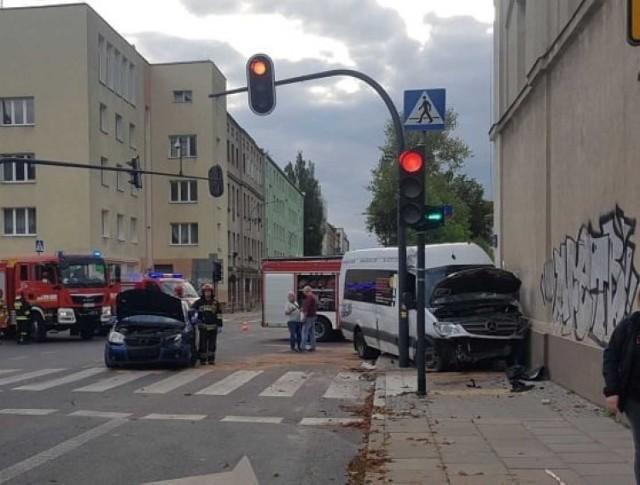 Do poważnego wypadku doszło na skrzyżowaniu ulic Przędzalnianej i Tuwima. Pięć osób trafiło do szpitala  ZDJĘCIA I WIĘCEJ INFORMACJI - KLIKNIJ DALEJ