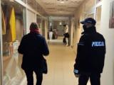 Kartuscy policjanci przypominają o obowiązujących obostrzeniach sanitarnych