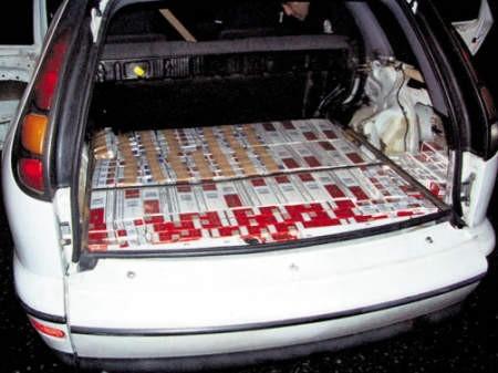 Auto nafaszerowane kartonami papierosów.