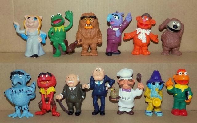 Chcecie zarobić? Zajrzyjcie na strych albo do piwnicy. Być może znajdziecie tam kultowe zabawki z dzieciństwa. Obecnie kolekcjonerzy płacą za nie nawet kilka tysięcy złotych. Żołnierzyki, mebelki do domków dla lalek, pies zezolak - to tylko niektóre z kultowych zabawek z czasów PRL-u, które znajdziemy na internetowych aukcjach. Wśród nich prawdziwe unikaty.   Jeśli macie w domu zabawki z PRL-u, spróbujcie je sprzedać. Możecie na tym sporo zyskać. Ile są warte? Sprawdź >>> TUTAJ >