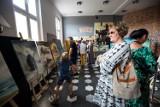 """Wystawa Ariusa """"Ścieżka przez wizje"""" w Poczekalni Kultury w Darłowie"""