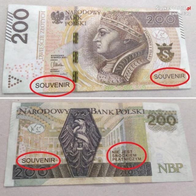 Takim banknotem zapłaciła 28-latka za tankowanie. Napis SOUVENIR  wskazuje, że to nie jest prawdziwy banknot.