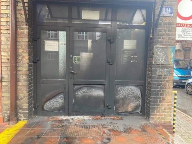 Drzwi do Urzędu Miejskiego w Ciechocinku.