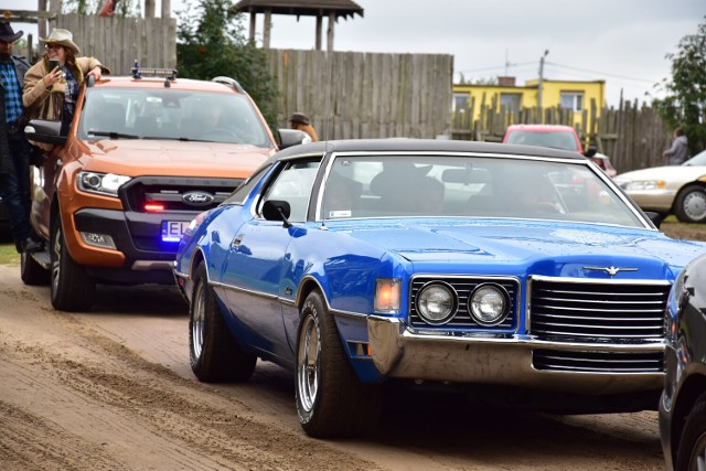 Zdjęcia z parady amerykańskich samochodów, które przyjechały na zlot do Silverado City w Bożejewiczkach.