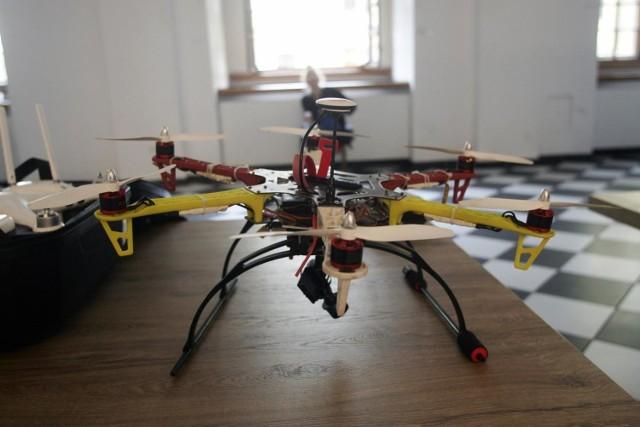 UAM będzie pierwszą polską uczelnią z Centrum Dronów. Ma ono zostać utworzone na Wydziale Nauk Politycznych i Dziennikarstwa. W nadchodzącym roku akademickim warsztaty dronów zostaną wpisane w programy nauczania na kilku kierunkach. Wykładowcy już zostali wyszkoleni, tak aby nauczyć korzystać z dronów studentów.