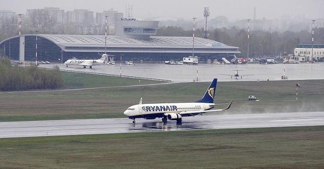 Ląduje samolot Ryanaira. W tle widać samolot linii Adria Airways, które niegdyś latały z Łodzi