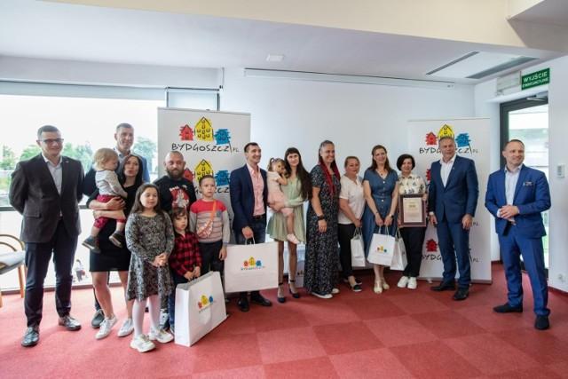 Bydgoszcz wpiera dwie rodziny, które doświadczyły represji politycznych po wyborach na Białorusi. Miasto udostępniło im wyremontowane mieszkania, wyposażyć pomógł je bydgoski sklep Ikea oraz bydgoszczanie, którzy bez wahania przeprowadzili zbiórki artykułów dla dzieci i zbiórkę pieniędzy na dobry start dla Białorusinów. Ci czują się w Bydgoszczy bezpiecznie, w ekspresowym tempie uczą się języka i aktywnie szukają pracy.