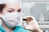 """Polski lek na koronawirusa. """"Wierzę, że badania udowodnią skuteczność leku z osocza"""". W szpitalu w Bytomiu rozpoczęły się badania"""