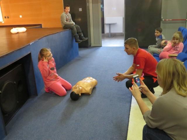 Zajęcia udzielania pierwszej pomocy medycznej zorganizowano w ramach ferii w Miejskim Centrum Kultury w Ciechocinku. Prowadził je Dariusz Grabowski, ratownik z drużyny Związku Harcerstwa Rzeczypospolitej.