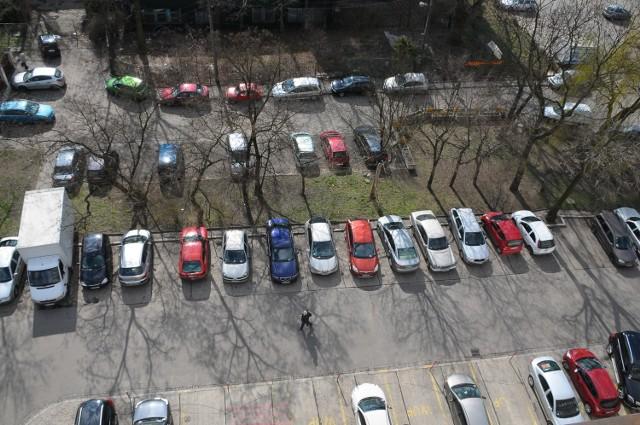 Plac na Stawach zastawiony jest samochodami. Parkują tu okoliczni mieszkańcy, klienci targowiska i petenci pobliskich urzędów. Parking ma pozwolić odciążyć chodniki z aut. Pojawią się zakazy postoju