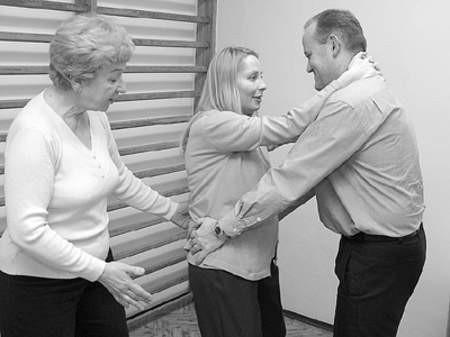 Bożena Zapotoczny instruuje Tomasza Gelio jak ma pomóc żonie Aleksandrze podczas ćwiczeń przygotowujących do porodu.