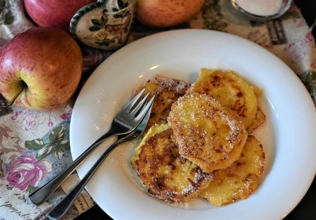 By placki z jabłkami wyszły najlepsze, ważna jest odmiana użytych jabłek. Te powinny być twarde, by nie rozpadły się podczas smażenia i nie rozwodniły ciasta, i lekko kwaśne, ponieważ będą stanowić ciekawy kontrast dla słodyczy aromatycznych racuszków. Polecanymi odmianami są szara reneta i antonówka.  Wypróbuj najlepsze przepisy na placki z jabłkami!