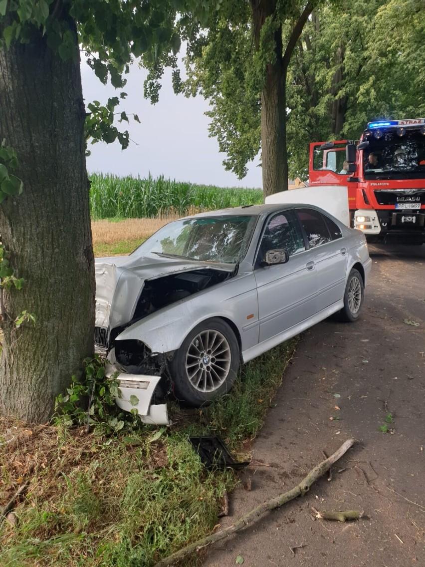 W niedzielę mieszkaniec gminy Gołuchów, kierując BMW podczas wyprzedzania najechał na tył poprzedzającego pojazdu również marki BMM, a następnie uderzył w drzewo
