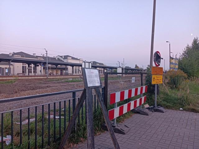 Nieczynne wejście główne, nieczynny tunel podziemny na dworcu PKP w Zawierciu.