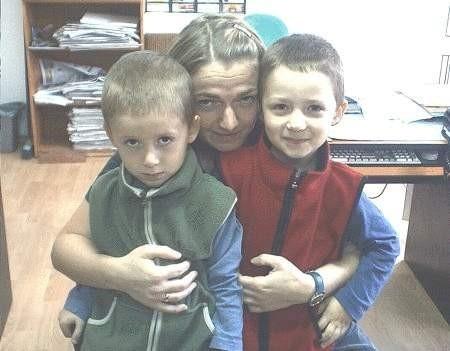 Zgłosiłam się do gazety, żeby przed podobnymi przypadkami ustrzec innych pasażerów - mówi Izabela Smarzych. Na zdjęciu ze swoimi synami, bliźniakami Maciejem i Bartkiem.  FOT. LESZEK GRABOWY