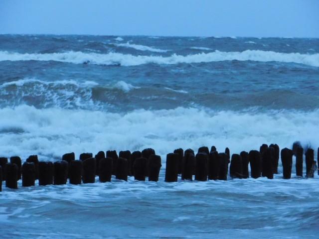 Niż Bennet mocno daje się we znaki w naszej części kraju. W województwie zachodniopomorskim w dalszym ciągu obowiązuje ostrzeżenie drugiego stopnia przed silnym wiatrem. Na Bałtyku panuje sztorm. Tak wyglądała plaża w Mielnie po godzinie szóstej rano.