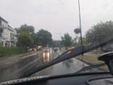 Deszczowy piątek na Półwyspie Helskim: turyści masowo uciekają z plaż. Korek zaczyna się przed Chałupami | ZDJĘCIA