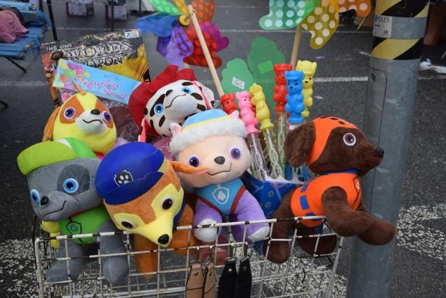Na bazarze przy ul. Dworaka w Rzeszowie jest szeroki wybór towarów dla dzieci.