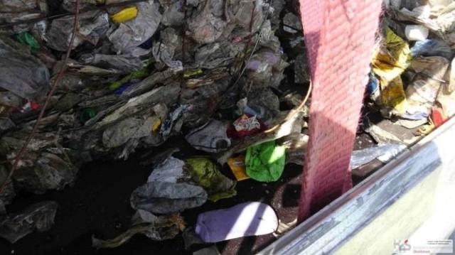 """Na granicy zatrzymywane są przeróżne """"nielegalne odpady"""", tj. śmieci przewożone bez odpowiednich pozwoleń."""