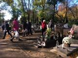 Leszno. Cmentarze znów otwarte! Na nekropolię przy ulicy Kąkolewskiej przyszło w środę, 3 listopad wiele osób [ZDJĘCIA]