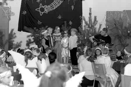 Dzieciaki z bożonarodzeniowymi pieśniami dawały sobie świetnie radę.