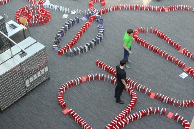 Kilka tysięcy książek przewróciło się dzisiaj w BUW-ie podczs ...