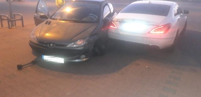 Wypadek na parkingu Galerii Radomsko. Peugeot uderzył w mercedesa