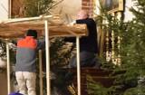 Święta w Śremie: w tym roku szopka w śremskiej Farze skromniejsza niż zwykle. Podejrzeliśmy jak jest montowana - zobaczcie!