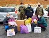 Akcja charytatywna. Na apel o nakrętki dla Zuzi z Chełmży odpowiedzieli rezerwiści. Zdjęcia