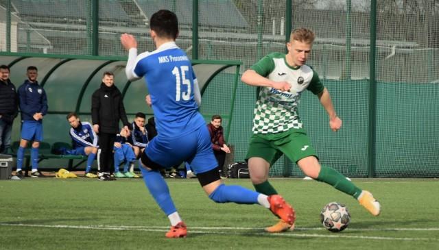 Dawid Płonka (z piłką) zdobył dwa gole dla Jawiszowic w meczu przeciwko Beskidowi Andrychów