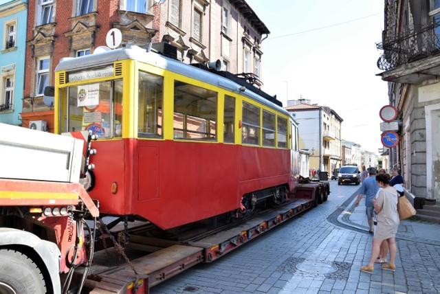 Żółto-czerwony wagonik, przypominający o tym, że po Inowrocławiu jeździły kilkadziesiąt lat temu tramwaje, odjechał na lawecie do kapitalnego remontu