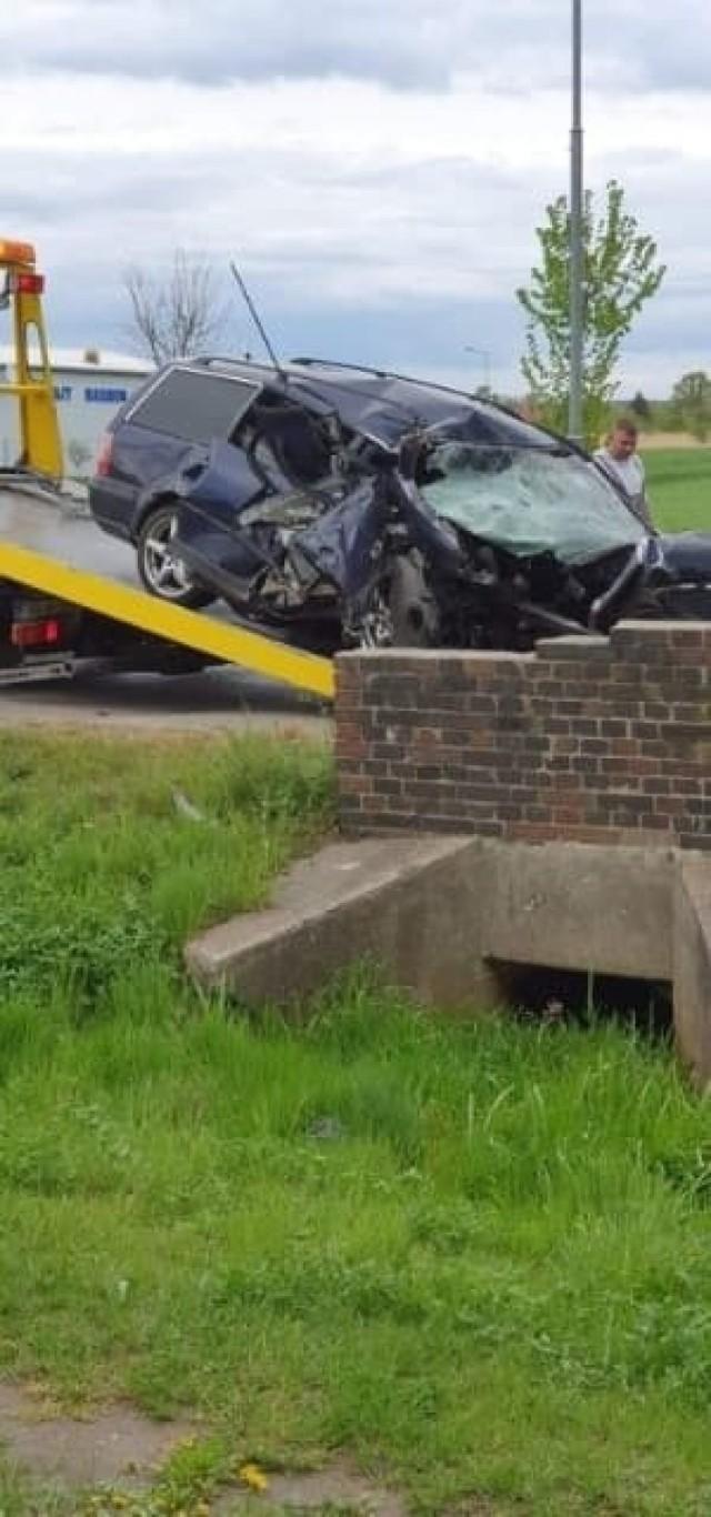 Kierowca passata był jedynym poszkodowanym wypadku, który miał miejsce koło Gubina. Z samochodu niewiele zostało.