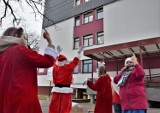 Mikołaj u małych pacjentów. Radosny koncert przed szpitalem w Tarnobrzegu! [ZDJĘCIA,WIDEO]